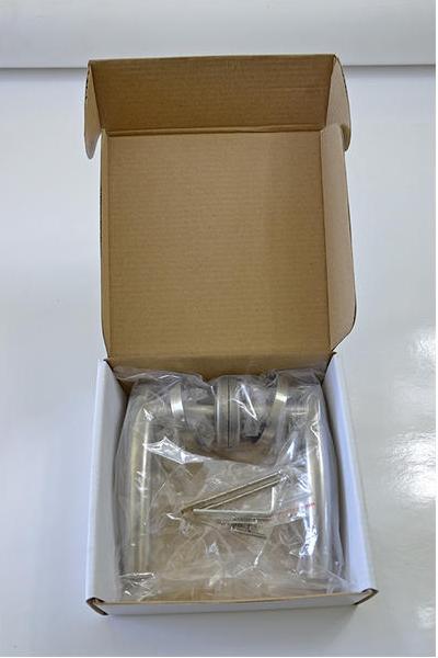 Inoxová zvlnená kľučka s presahom z brúsenej nereze s okrúhlou rozetou