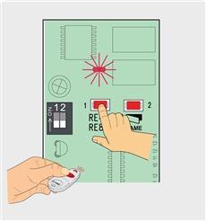 2. Podržte tlačidlo na ovládači, než sa LED dióda L1 rozsvieti, potom pustite obe tlačidlá.