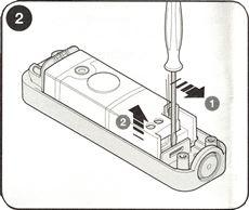 2. Podľa šípiek na obrázku vytiahnite elektroniku
