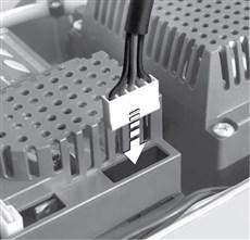 2. Zapojte batériu do konektoru a umiestnite ju vedľa riadiacej jednotky