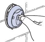 Otočte kľúčom kľúčového spínača pohonu a vytiahnite prednú časť