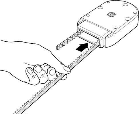 4. Prevlečte koniec remeňa cez hlavicu pre prenos rotácie pohonu na remeň tak, aby remeň nebol nikde prekrútený a smeroval zubami do vnútra. Hlavica by mala byť pri pohľade na drážku lišty orientovaná štyrmi menšími dierami hore (vačšie diery sú zo zadnej strany a slúžia na pripevnenie pohonu k hlavici):