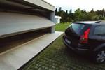 Výklopná garážová brána vyčnievajúca